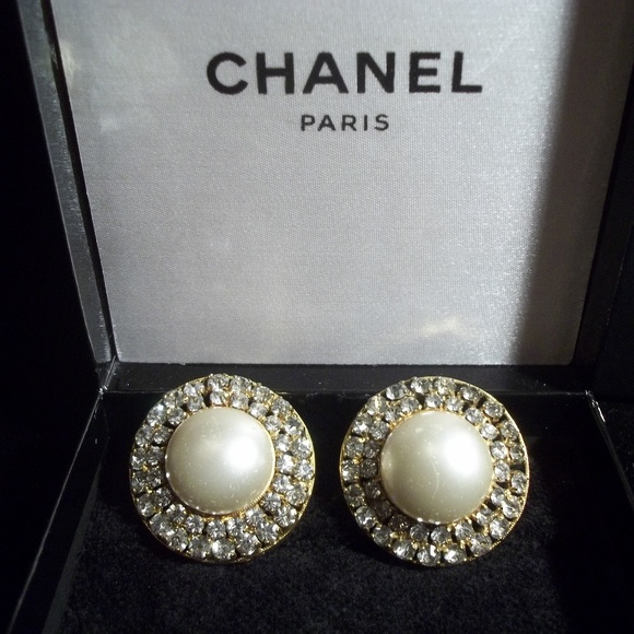 58aa9595 Authentic Vintage CHANEL Pearl Clip On Earrings